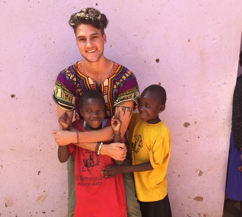 Peter kramar ett barn och ett annat barn står bredvid